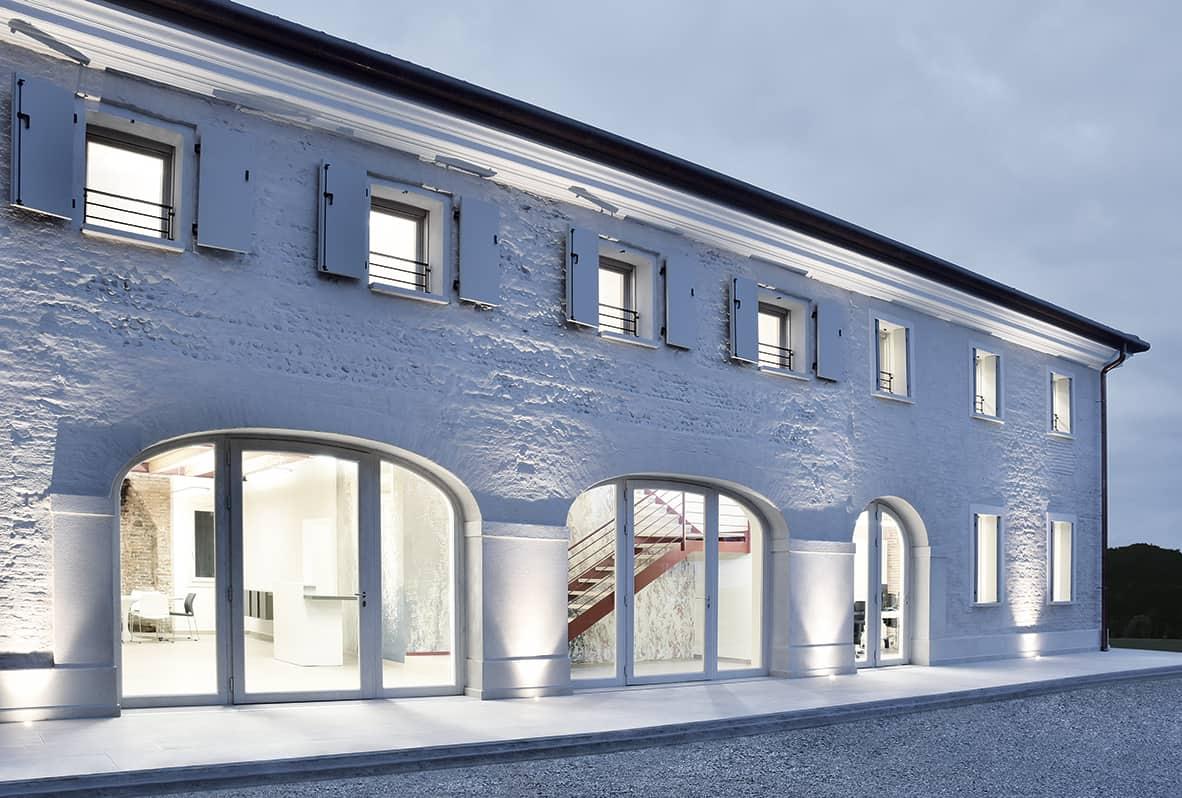 Casa_moderna_esterno_con_serramenti_finnova