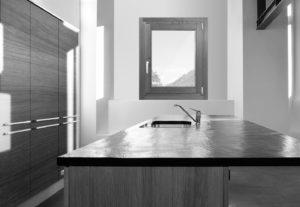 cucina_arredata_con_infisso_e_porta_in_legno_naturale_finnova