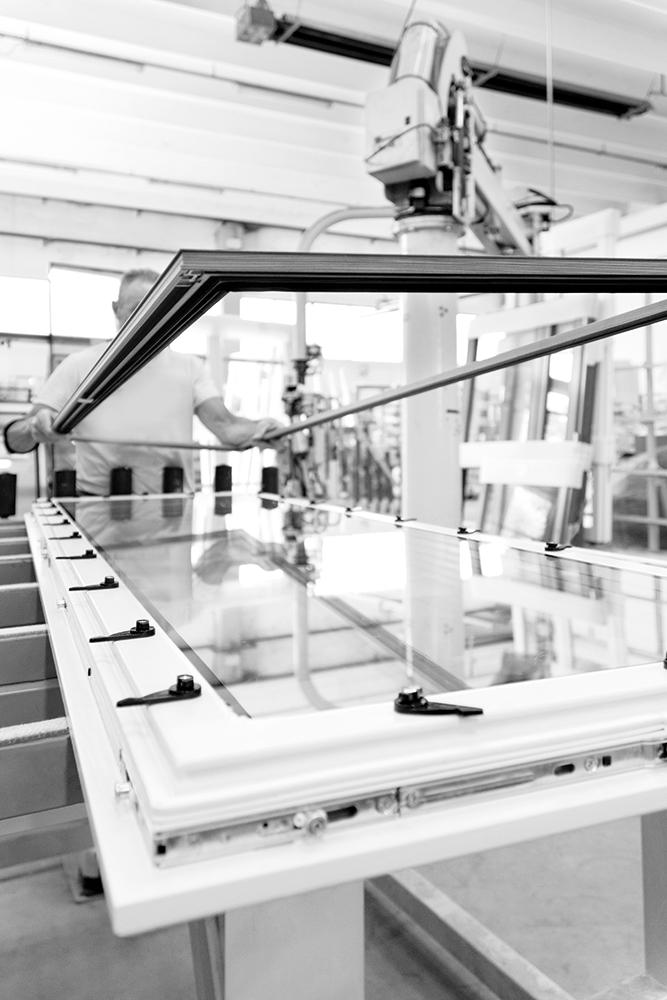processo_di_produzione_dei_serramenti_inserimento_vetro_finnova