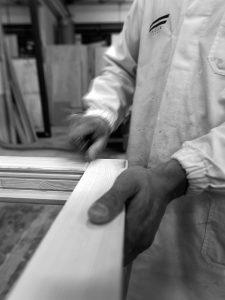 addetto_che_lavora_il_legno_naturale_degli_infissi_finnova
